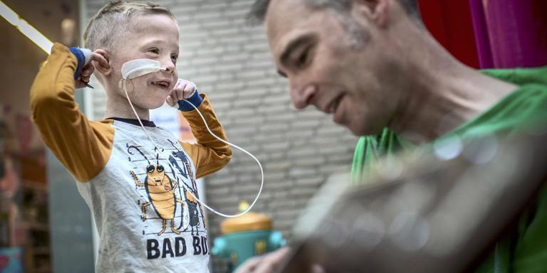 De 6-jarige Dani Siemens vindt gitaarmuziek niet altijd even prettig om te horen, maar blijkt wel een waar talent op de tamboerijn. Samen met de andere patiënten van het Beatrix Kinderziekenhuis was hij vandaag aanwezig bij de onthulling van een liedjesmachine. FOTO CORNÉ SPARIDAENS