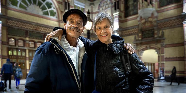 Josee Selbach met haar grote liefde Abdallah Berbis in de Stationshal in Groningen. Foto: Peter Wassing