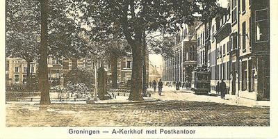 Een vooroorlogse ansichtkaart met bomen (en een tram) op het pleintje voor de A-toren, toen het Akerkhof nog A-Kerkhof heette. In de verte rechts: het postkantoor aan de Munnekeholm.