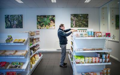 Erwin Baas in zijn winkel Baas Glutenvrij. ,,In de cafetaria van mijn ouders kwamen vooral de arme mensen.'' Foto Corné Sparidaens