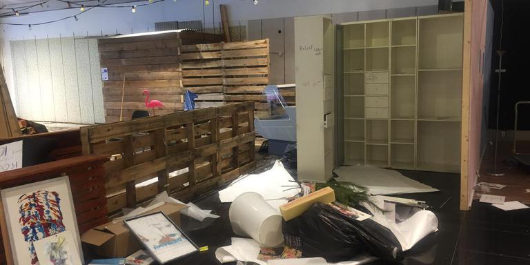 De laatste bedrijfjes van De Grote Roltrap zijn vertrokken. Het is een rommel in de voormalige trekpleister V&D in Groningen.