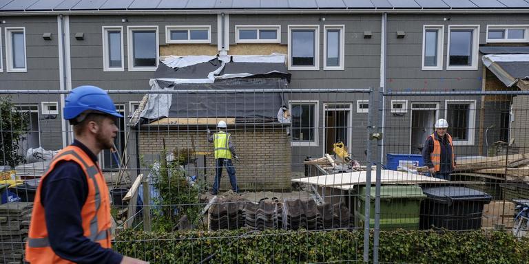 In Appingedam is het werk aan de eerste huizen met horten en stoten begonnen, maar het merendeel van de versterkingsoperatie wacht nog op helderheid uit Den Haag. Foto Archief Jan Zeeman