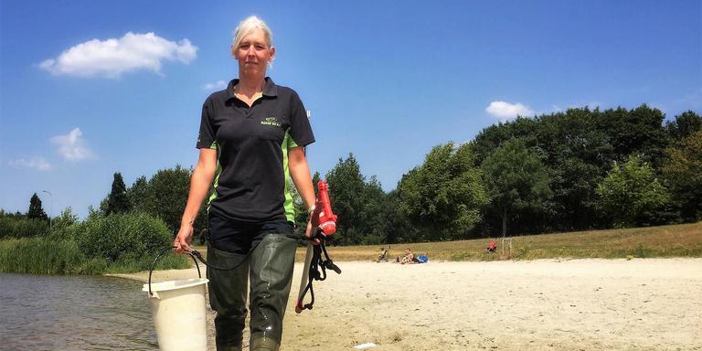 Jeannet Schuurke van waterschap Hunze en Aa's neemt watermonsters in het Langeboschmeer. Foto's: DvhN/Pieter Broesder