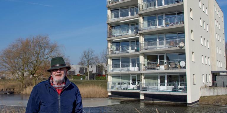 Initiatiefnemer Vos Feringa bij zijn woning in Groningen. Foto Grunneger Power