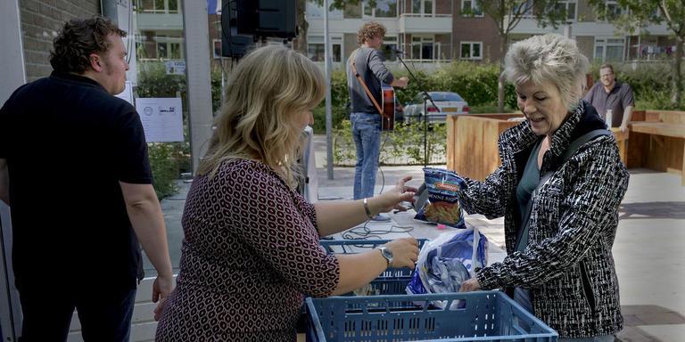 Tijdens een van de optredens neemt Marike Broekema (links) een gift in ontvangst. FOTO JAN ZEEMAN