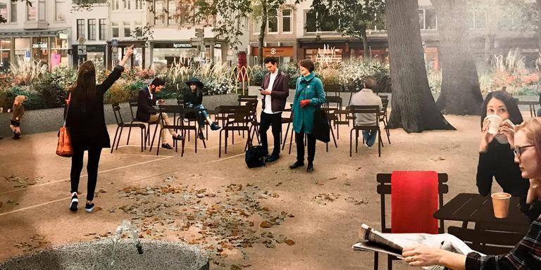 Mogelijk nieuwe inrichting van het plantsoentje bij de toren van de Der Aa-kerk in Groningen. Banken, losse stoelen en veel plantenbakken moeten er een aangename verblijfsruimte van maken. Nu ligt er gras achter hekjes. Illustraties: gemeente Groningen, foto Peter Wassing