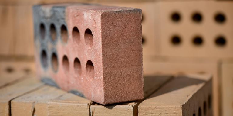Steenfabrieken hebben gas nodig als brandstof en als grondstof voor de productie van bakstenen. Foto: Archief DvhN