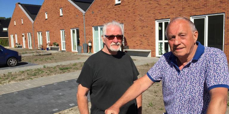 De bezorgde huurders Paul Henk van Sijl (links) en Arie Varwijk bij hun huizen aan de Grote Hoorn in Marum. Foto DvhN