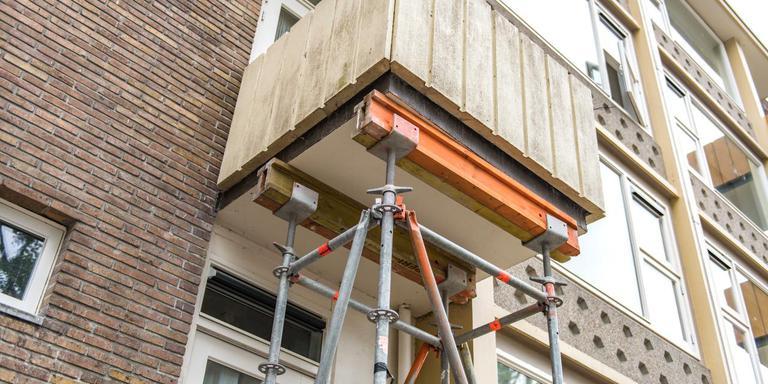 Balkons aan de West-Indischekade in Groningen zijn gestut nadat een balkon afbrak.