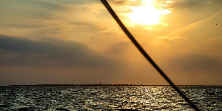 Garnalenkotter Zoutkamp 47 op de Noordzee onderweg naar de oesters. FOTO JILMER POSTMA