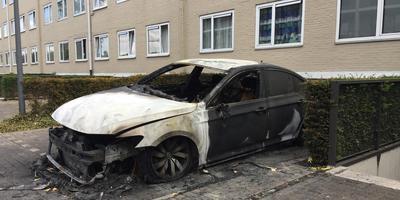 Een uitgebrande auto achter de Ferdinand Bolstraat in Hoogezand. Foto: Archief DvhN