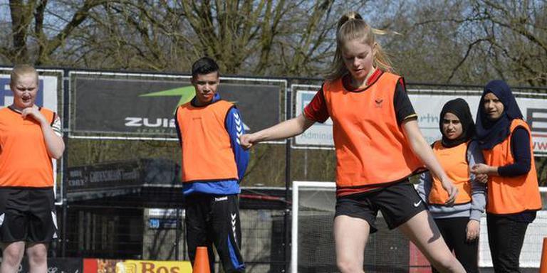 Door samen te voetballen leggen de kinderen contacten. FOTO BOUDEWIJN BENTING