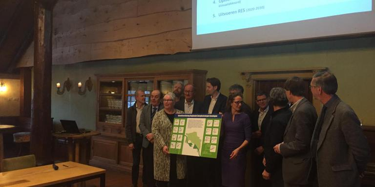 In 2030 moet de CO2-uitstoot in Groningen de helft lager zijn dan nu: daarvoor zetten bestuurders van gemeenten, provincie en waterschappen in Zuidwolde hun handtekening. Foto DvhN