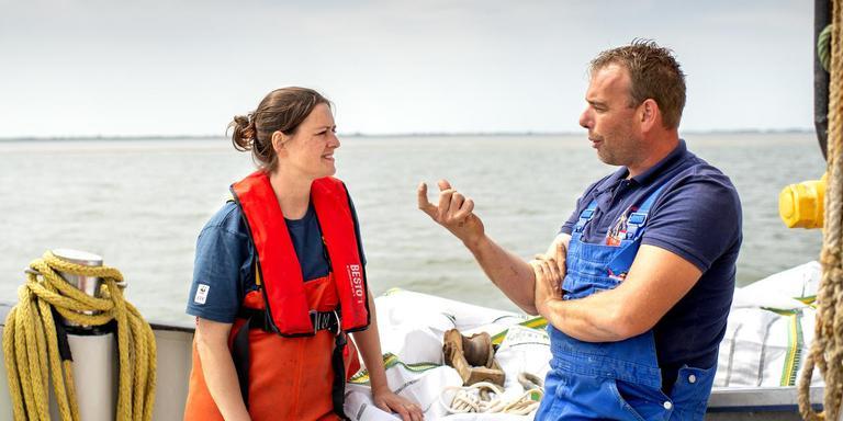 Natuurbeschermer Emilie Reuchlni en schipper Robin Bouma zijn inmiddels dikke vrienden. FOTO'S JILMER POSTMA