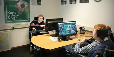 Stefan Koolhof (links) en Jasper Molanus zijn aan een rolstoel gekluisterd, maar kunnen prima werk doen voor Kent U Deze Nog
