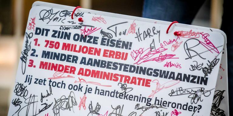 Eerder demonstreerden jeugdzorgmedewerkers in Den Haag. Ze eisten dat Tweede Kamerleden de jeugdzorg weer gezond maken. Foto: ANP