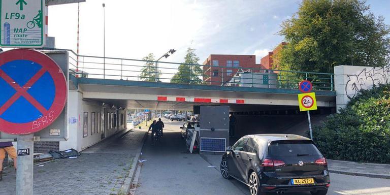 Viaduct te laag: inhoud mobiele wc's op straat. Foto: Martin Nuver