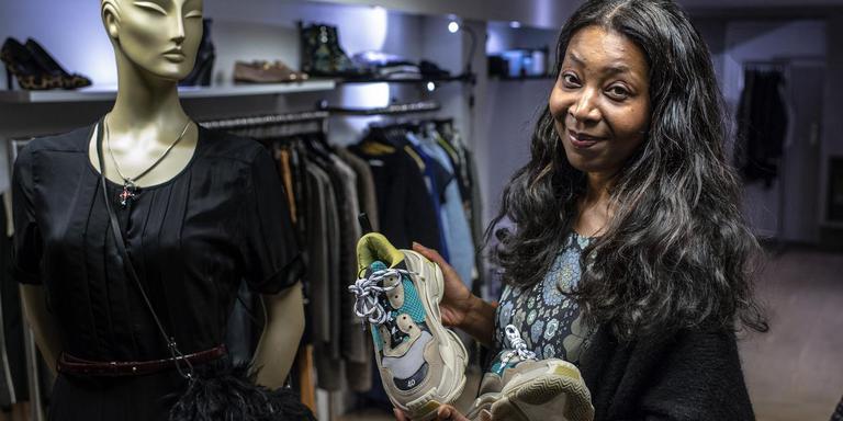 Ingrid Braumuller in haar winkel met haar killer designsneakers van Balenciaga.