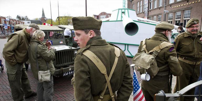 In de drie kanonslopen van Thanks zijn films over de bevrijding van Veendam en Groningen te zien. De tank staat tot en met zondag in Veendam. Foto Harry Tielman