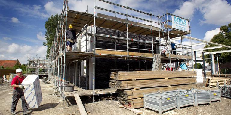 Niet alle bouwvakkers hebben vakantie. Sommigen moeten in de zomer door werken. Foto: Archief DvhN/Harry Tielman