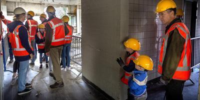 Rondleiding in het voormalige Post NL gebouw in Groningen tijdens Demolition Day. Foto Peter Wassing