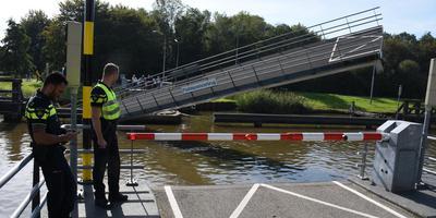 De Paddepoelsterbrug hangt scheef na een aanvaring met een vrachtschip. Foto: 112Groningen