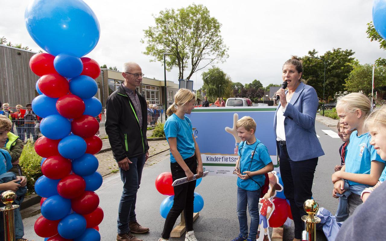 Leerlingen van de Zoutkamperril in Zoutkamp openden de nieuwe fietsroute vrijdag officieel, samen met gedeputeerde Fleur Gräper - van Koolwijk.