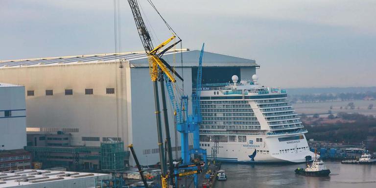 Zaterdag verliet de Norwegian Bliss het dok van de Meyer Werft om aan de kade te worden afgemeerd. In maart vaart het schip naar de Eemshaven. Foto's: Michael Wessels/ Meyer Werft