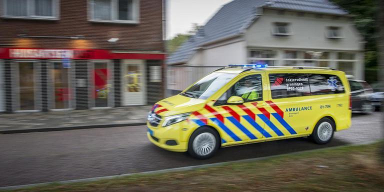 De auto van de Doktersdienst bij de huisartsenpost in Hoogezand, die binnenkort dicht gaat. Foto: Corné Sparidaens