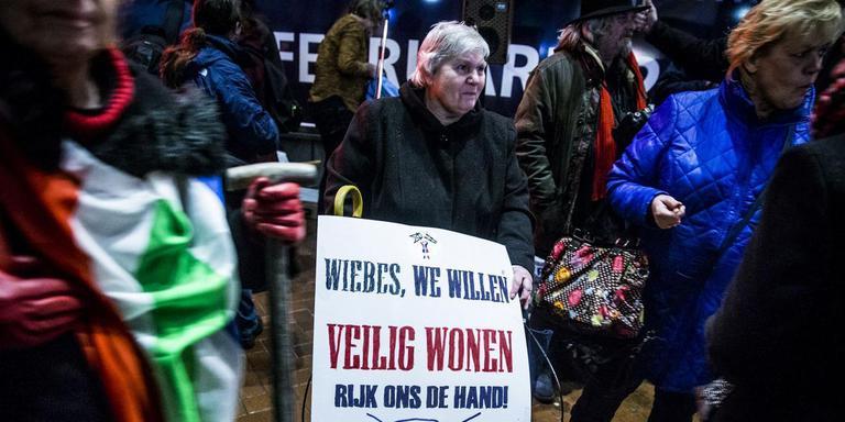 Actievoerders bij Martiniplaza in Groningen waar minister Eric Wiebes bij een nieuwjaarsborrel aanwezig was. Foto: ANP/Siese Veenstra