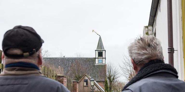 Niezijl – De torenspits van het historische kerkje in Niezijl dreigt naar beneden te vallen. Foto: De Vries Media