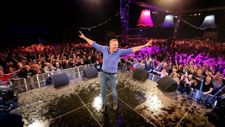 Jannes en het publiek hebben het naar hun zin op het Mega Piraten Festijn. Foto Harry Tielman