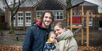 Andor, Anna en Eli voor de oude dorpsschool De Butte in Borgercompagnie. Foto: Corné Sparidaens