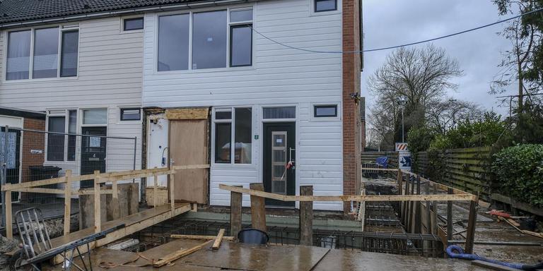 Een van de straten in Opwierde-Zuid die op de schop moeten: in de Lewe van Aduardstraat worden nu de eerste huizen versterkt, maar voor de rest van de woningen kiezen de bewoners voor sloop en vervangende nieuwbouw. Foto Jan Zeeman