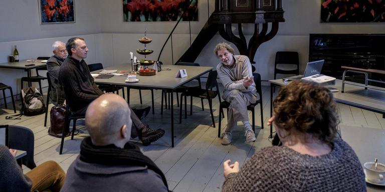 Frans Kerver, 'Mr. Basisinkomen' vertelt in de kerk van Klein Wetsinge over zijn keuze. FOTO JAN ZEEMAN