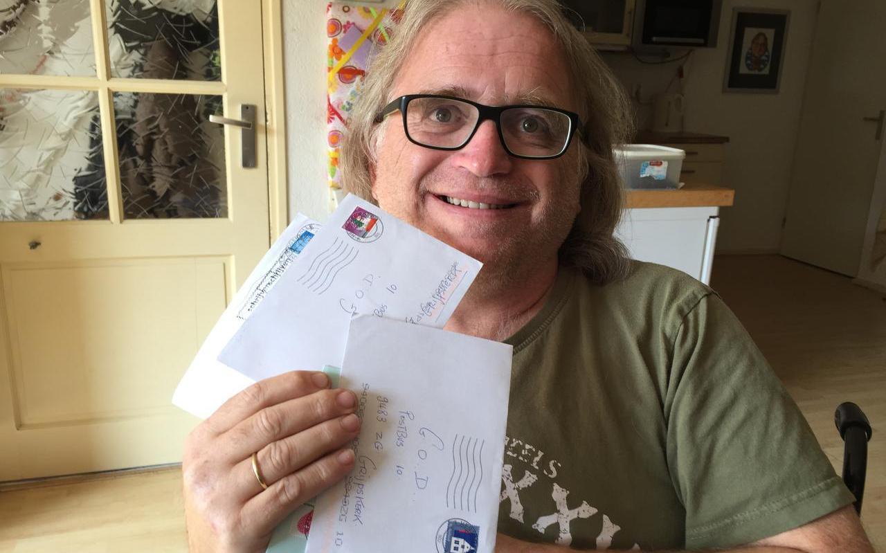 Johan van der Dong met brieven bestemd aan God.  foto dvhn