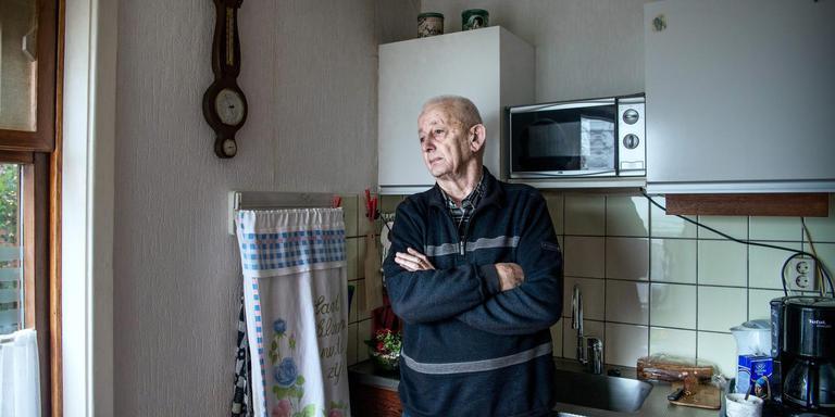 ''Als ze zeggen: de boel gaat plat, dan gebeurt dat. Ook al ga ik op mijn kop staan,' zegt Reinder Tooi in de keuken van zijn woning.