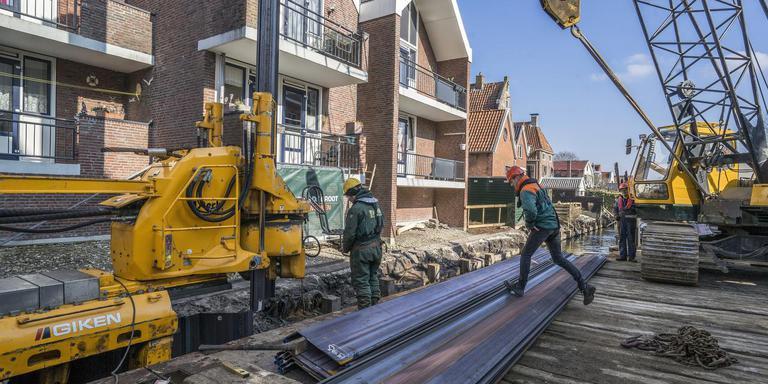 In maart werd de vervanging van de rotte damwand langs het Damsterdiep door het stadshart van Appingedam nog feestelijk, nu klagen aanwonenden over een onbetaalde schade door het werk. Foto Archief Jan Willem van Vliet