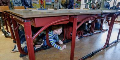 Leerlingen van basisschool De Zaaier in Delfzijl kregen in december 2016 les over aardbevingen. Foto: Archief Jan Zeeman