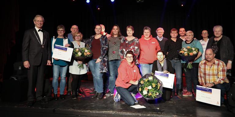 Alle lokale helden en de jury op het podium in Hotel Parkzicht. Foto Harry Tielman