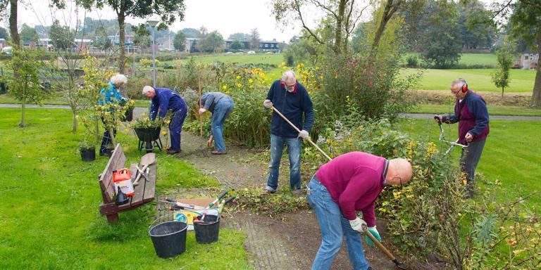 Aan het werk in Winsum: vrijwilligersnetwerk Present Noord-Groningen springt al vijf jaar in de bres voor Noord-Groningers die hulp nodig hebben.