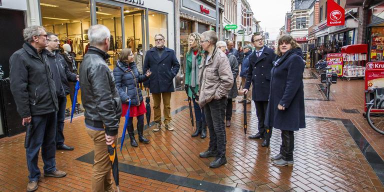 Een delegatie van het provinciebestuur kreeg een rondleiding door het centrum van Winschoten. Wethouder Laura Broekhuizen (vierde van links) legt uit hoe de situatie is in het centrum van Winschoten, dat voor miljoenen euro's is opgeknapt. FOTO HUISMAN MEDIA