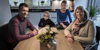 Johan, Saskia en hun kinderen Jolien en Thijs hoeven niet meer te wachten, maar de huizen van hun buren zijn nog steeds niet versterkt. Foto: Jan Zeeman.