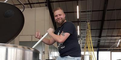 Arend Lommert bij zijn eerste 500 liter zelfgebrouwen Sapmeester Bier Rooie Rinus . Foto: DvhN