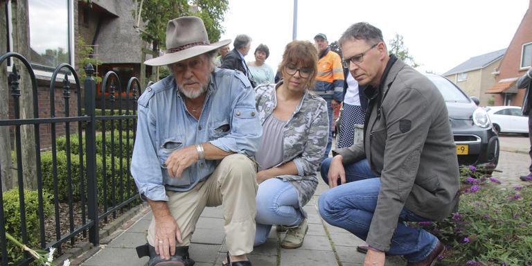 Agnes en Roelof van Wijk bekijken de door de Duitse Günther Demnig voor hun woning geplaatste struikelstenen. Foto René Beishuizen