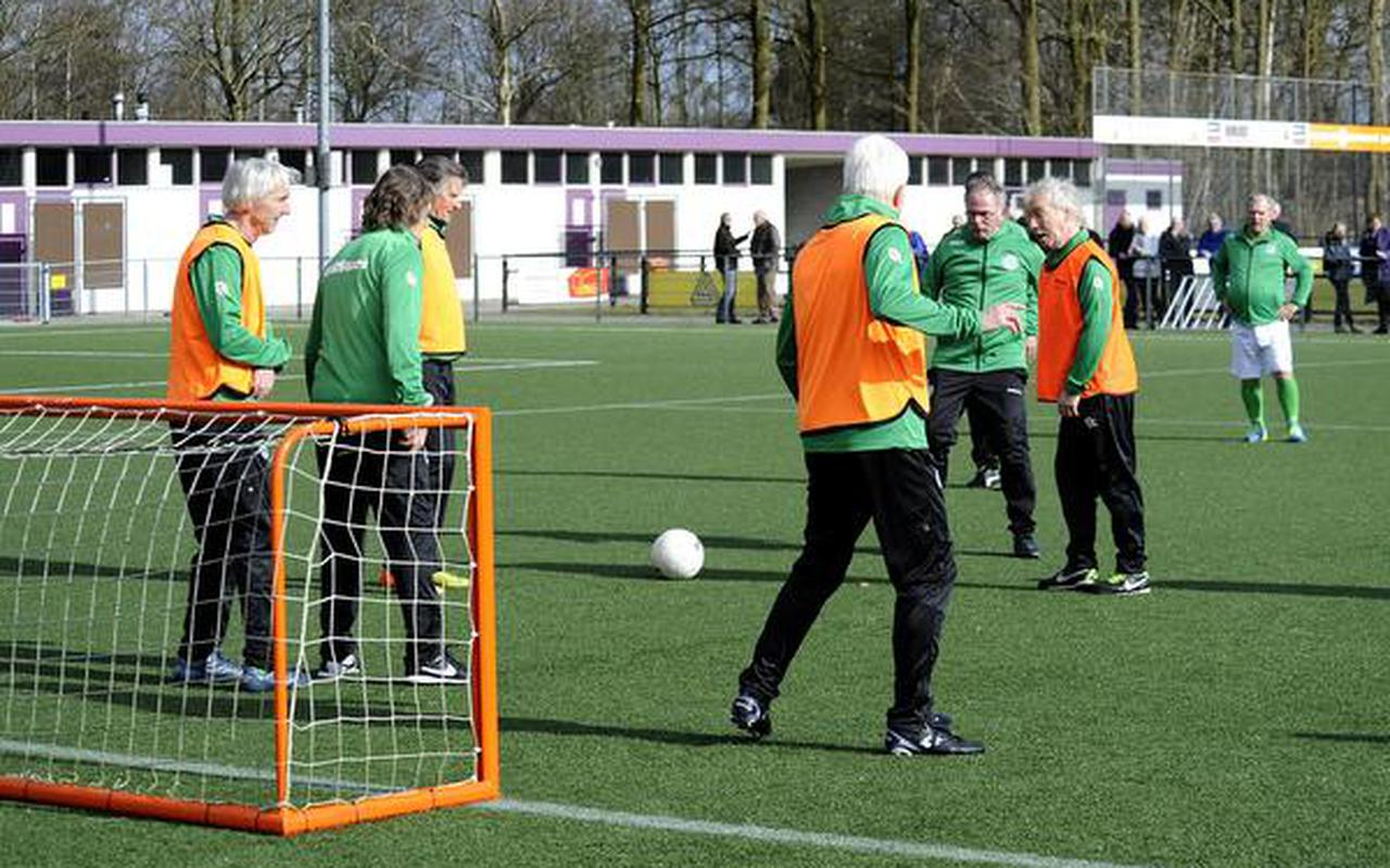 De Oldstars van FC Groningen tijdens de demonstratie op het complex van HS'88. FOTO JAN KANNING