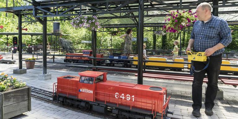 De VVD denkt dat het attractiepark beter bereikbaar wordt als de treinverbinding naar het centrum van Leek wordt doorgetrokken. Foto: Archief Jan Willem van Vliet