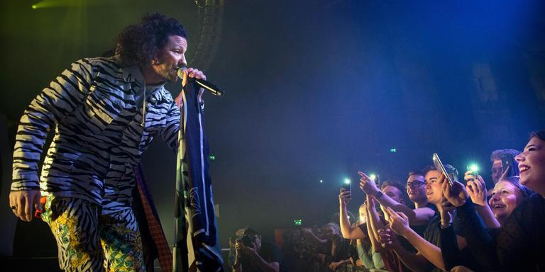 Rapper Kraantje Pappie geeft zaterdagavond een concert op het Marktplein in Winschoten. Foto: