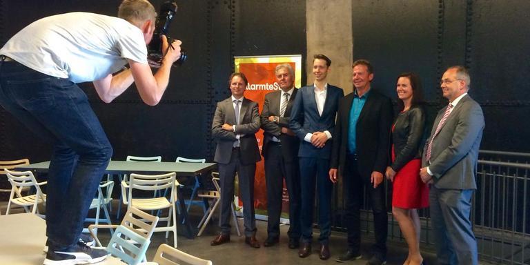 Na ondertekening legde een fotograaf de hoofdrolspelers vast met van links naar rechts: Pieter Witzenburg (Lefier), Sije Holwerda (De Huismeesters), Mattias Gijsbertsen (wethouder), Pieter Bregman (Nijestee), Riksta Zwart (WarmteStad) en Auke de Vries (Patrimonium).