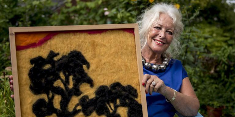 Mildred Gravesteyn maakt 'aaibare schilderijen' met wol. Foto Geert Job Sevink